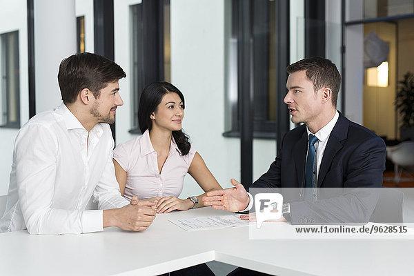 Berater im Gespräch mit dem Paar