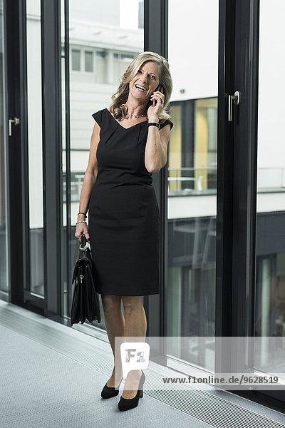 Glückliche Geschäftsfrau am Handy