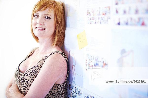 Porträt einer kreativen Fachfrau  die sich am Whiteboard orientiert