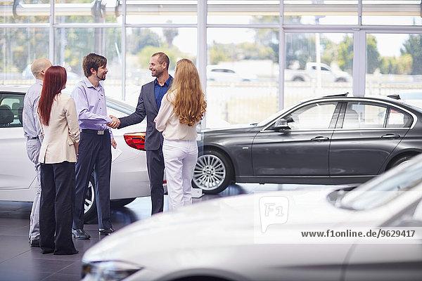 Autohändlertreffen mit Kunden im Showroom