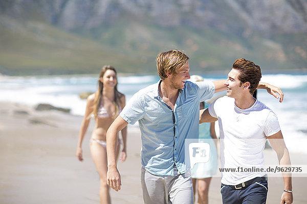 Freunde beim gemeinsamen Spaziergang am Strand