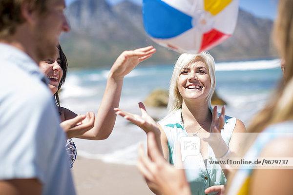 Freunde beim Spielen mit einem Strandball