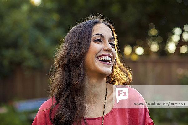 Porträt einer jungen Frau mit breitem Lächeln
