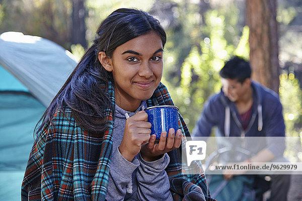 Porträt einer jungen Frau beim Kaffeetrinken im Wald  Los Angeles  Kalifornien  USA