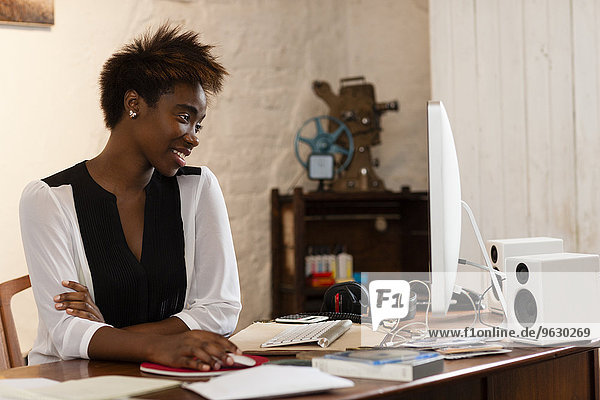 Frau bei der Arbeit am Computer  Home-Office