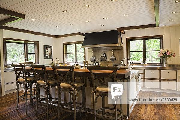 Moderne Innenarchitektur luxuriöse Landhausküche mit Kücheninsel und Holzfußboden