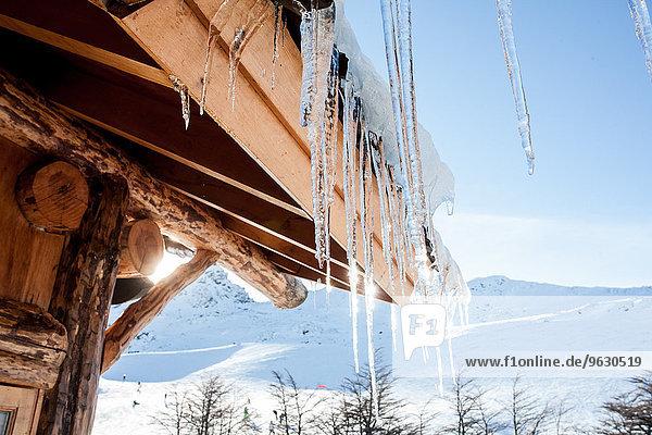 Eiszapfen auf dem Kabinendach  Ushuaia  Feuerland  Argentinien