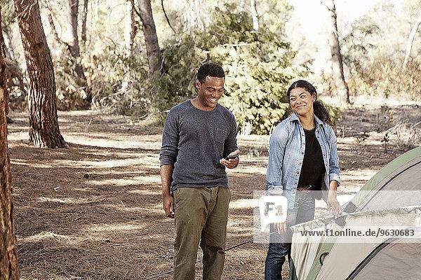 Junges Paar beim Zelten im Wald