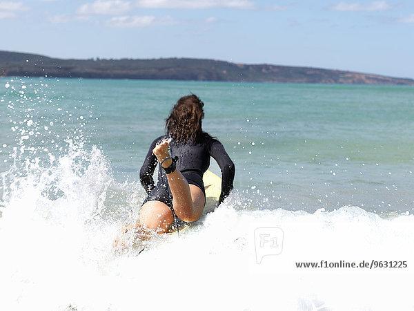 Surfer im Meer  Roadknight  Victoria  Australien