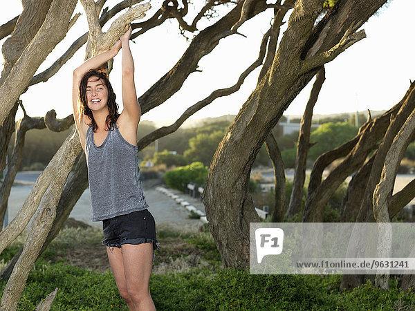 Frau entspannt bei Bäumen  Roadknight  Victoria  Australien