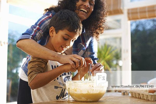 Mutter und Sohn beim Backen in der Küche