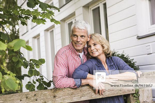 Mann und Frau entspannen sich im Garten