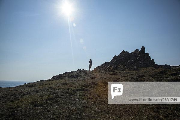Mittlere erwachsene Frau stehend auf Klippenrand