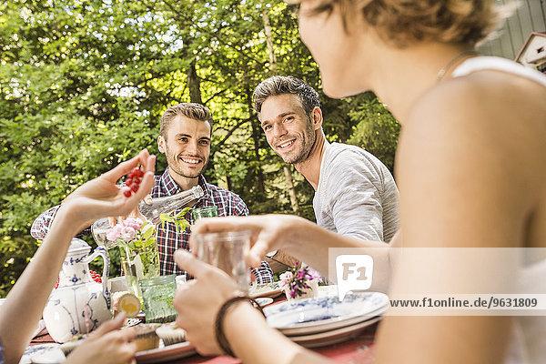 Gruppe von Freunden genießt Gartenparty