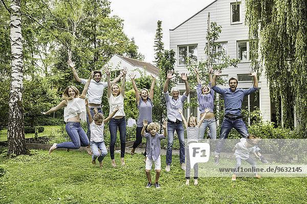 Drei Generationen Familienspringen im Garten