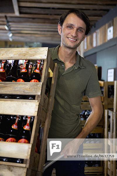 Mann arbeitet im Weinlager