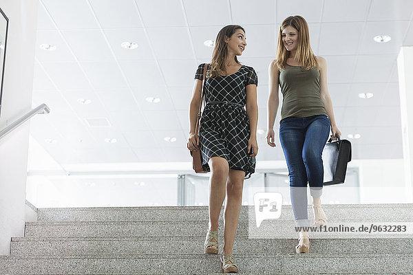 Frauen  die die Treppe hinuntergehen