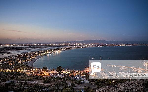 Blick auf die Küste bei Sonnenuntergang  Cagliari  Sardinien  Italien