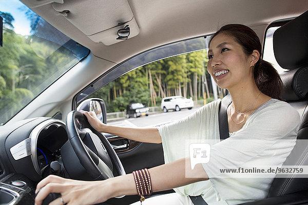sitzend junge Frau junge Frauen Auto