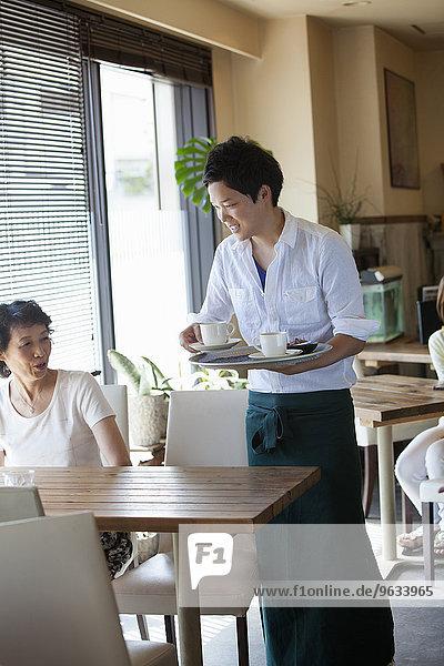 sitzend Frau geben Cafe Tisch Kellner