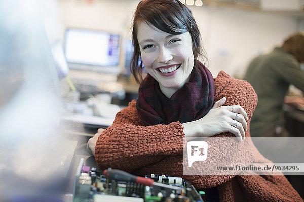 angelehnt Frau Computer lächeln reparieren Laden