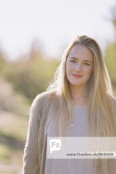 Portrait blond Frau lang langes langer lange Obstgarten Apfel Haar