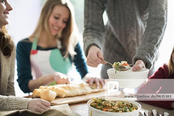 Baguette sitzend stehend Frau Mann Mensch Menschen geben Lebensmittel schneiden Schüssel Schüsseln Schale Schalen Schälchen Tisch