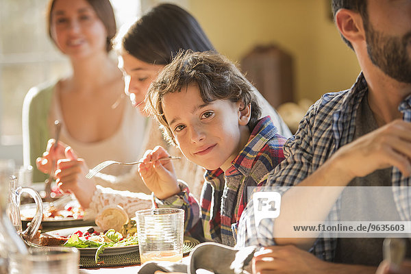 sitzend Mensch Menschen Menschengruppe Menschengruppen Gruppe Gruppen Gericht Mahlzeit Familie - Mensch Tisch
