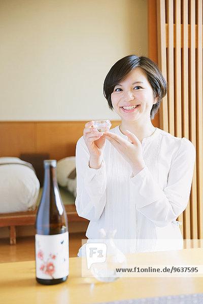Sake Frau jung trinken japanisch