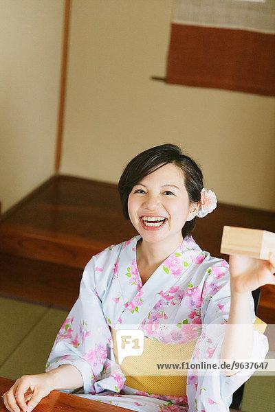 Sake Frau jung trinken japanisch Yukata