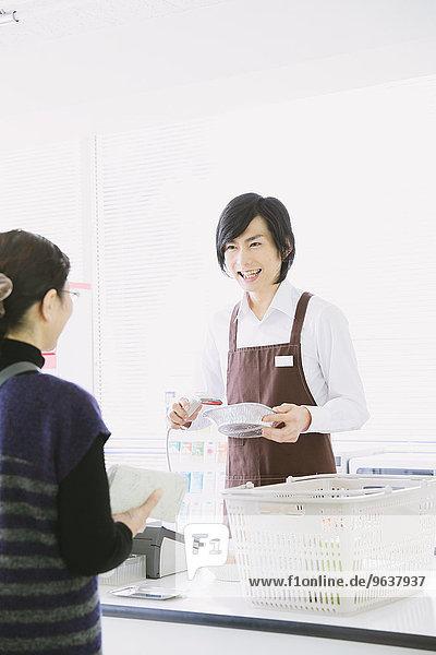 Mann arbeiten Laden jung Zweckmäßigkeit japanisch