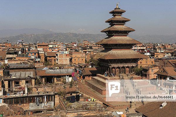 Ausblick auf den Nyatapola-Tempel und die Dächer der Stadt  Bhaktapur  Nepal  Asien