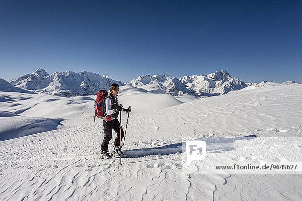 Skitourengeher beim Aufstieg auf den Seekofel im Naturpark Fanes-Sennes-Prags in den Dolomiten  hinten das Fanesgebiet mit Piz de Lavarela  Piz dles Conturines  rechts der Neuner  Neunerspitze  links die Tofane  St. Vigil  Pustertal  Südtirol  Italien  Europa