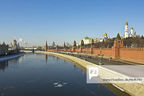 Moskauer Kreml mit Kathedralen und Palast sowie Christ-Erlöser-Kathedrale  mit der Moskwa  Moskau  Russland  Europa