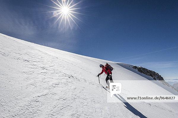 Bergsteiger beim Aufstieg zum Hohen Weißzint  hier am Gliederferner  Zillertaler Alpen  Lappach  Mühlwaldertal  Tauferer Ahrntal  Pustertal  Südtirol  Italien  Finkenberg  Tirol  Österreich  Europa