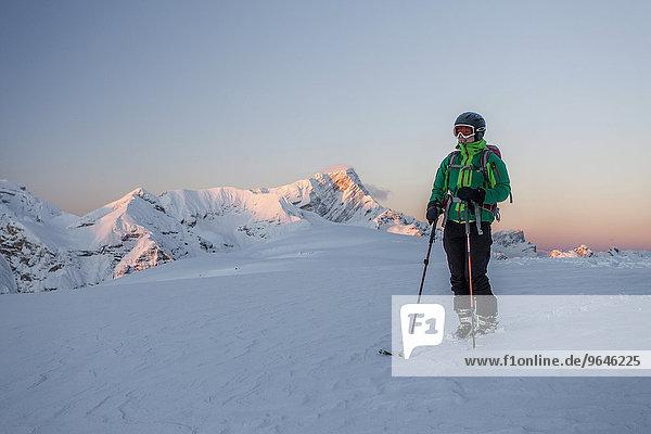 Skitourengeher bei Sonnenaufgang auf dem Gipfel Col de Lasta im Naturpark Fanes-Sennes-Prags in den Dolomiten  hinten das Fanesgebiet mit Piz de Sant Antone und der Neunerspitze  St. Vigil  Naturpark Sennes  Pustertal  Südtirol  Italien  Europa