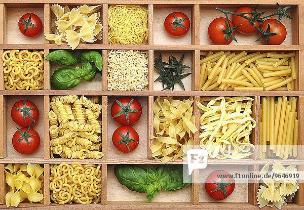 Setzkasten mit Pasta  Basilikum und Tomaten
