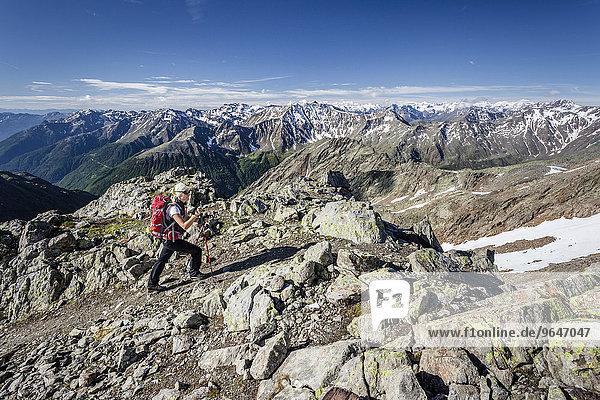 Bergsteiger beim Aufstieg auf die Grawand durch das Finailtal  hinten das Ortlergebiet mit König  Zebru und Ortler  unten das Schnalstal  Meraner Land  Südtirol  Trentino-Südtirol  Italien  Europa