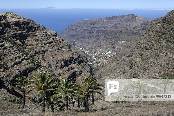 Ausblick von El Cercado auf das Valle Gran Rey  hinten der Atlanik und die Insel El Hierro  La Gomera  Kanarische Inseln  Spanien  Europa