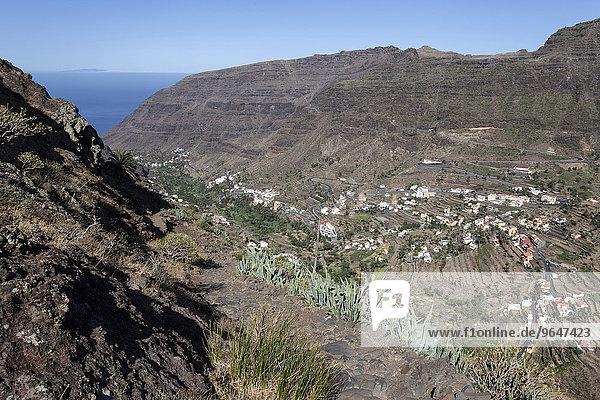 Ausblick vom Wanderweg zwischen Valle Gran Rey und El Cercado auf Terrassenfelder und Ortschaften im Valle Gran Rey  La Gomera  Kanarische Inseln  Spanien  Europa