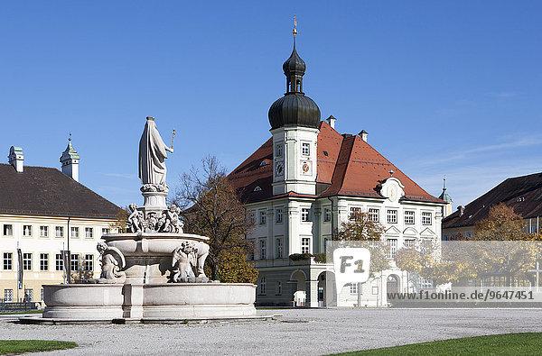 Marienbrunnen mit Rathaus  Kapellplatz  Wallfahrtsort  Altötting  Oberbayer  Bayern  Deutschland  Europa
