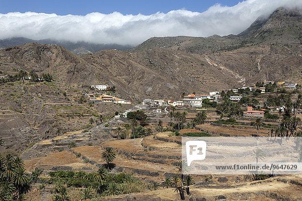Ausblick auf Terrassenfelder und Alojera  hinten die Montana de Retamar mit Passatwolken  La Gomera  Kanarische Inseln  Spanien  Europa