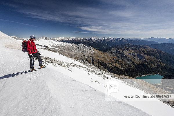 Bergsteiger beim Aufstieg zum Hohen Weißzint  hier am Gliederferner  unten der Neveser Stausee  Lappach  Mühlwaldertal  Tauferer Ahrntal  Pustertal  Südtirol  Trentino-Südtirol  Italien  Europa