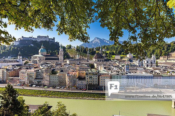 Ausblick vom Kapuzinerberg über Altstadt mit Festung Hohensalzburg  Dom  Kollegienkirche  Stadt Salzburg  Salzburger Land  Österreich  Europa