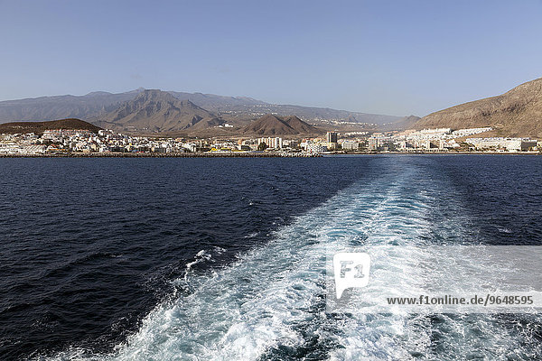 Ausfahrt mit der Fähre vom Hafen  hinten Los Christianos und Teide  Los Christianos  Teneriffa  Kanarische Inseln  Spanien  Europa