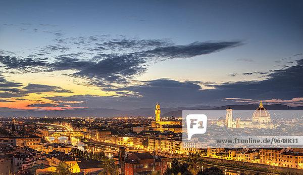 Beleuchtetes Stadtpanorama mit Kathedrale von Florenz  Duomo Santa Maria del Fiore mit der Kuppel von Brunelleschi  Palazzo Vecchio  Ponte Vecchio  UNESCO-Weltkulturerbe  Abenddämmerung  Florenz  Toskana  Italien  Europa