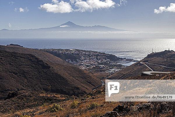 Ausblick auf San Sebastian  Atlantik und Teide auf Teneriffa  La Gomera  Kanarische Inseln  Spanien  Europa