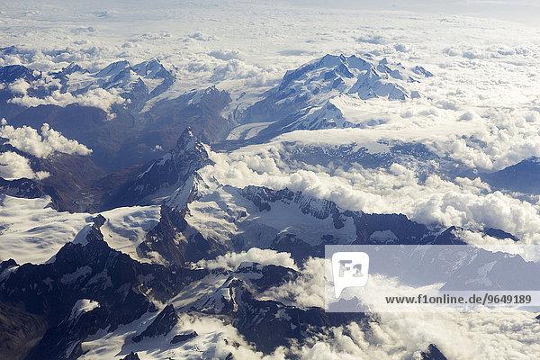 Luftaufnahme vom Matterhorn mit dem dahinterliegenden Gornergletscher  der Dufourspitze  und der Monte Rosa  Walliser Alpen  Schweiz  Europa