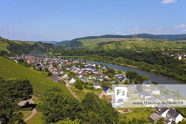 Ausblick vom Aussichtsturm der Burgruine auf Saarburg  Saarburg  Rheinland-Pfalz  Deutschland  Europa