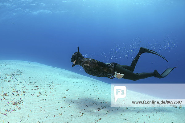 Freediver über Sandboden  Rotes Meer  Ägypten  Afrika